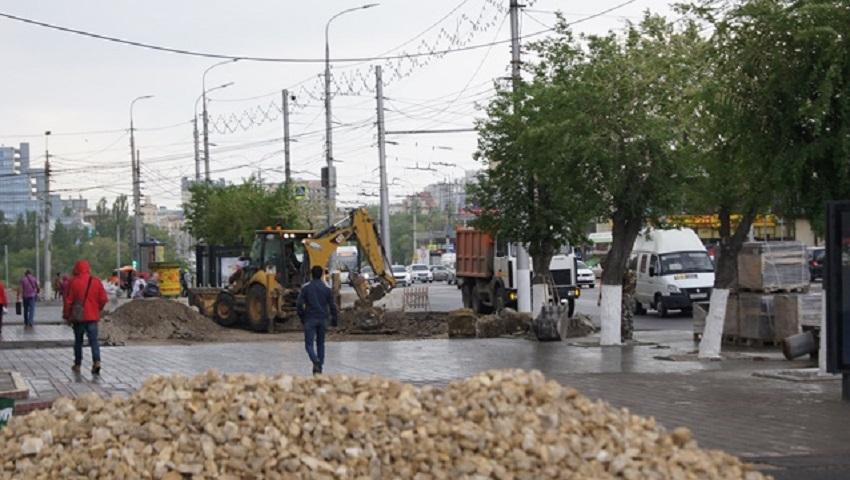 Тротуар изеленую зону обустраивают наПервой Продольной автодороги Волгограда